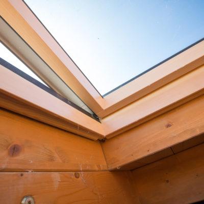 Dettaglio finitura del tetto con serramento