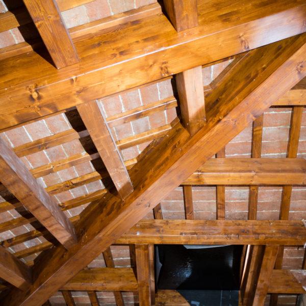 Struttura a vista del tetto in fase di completamento