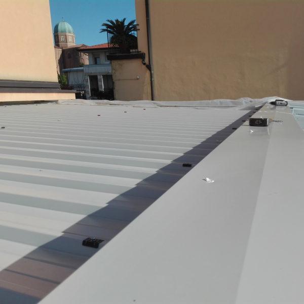 dettaglio finiture metalliche in copertura